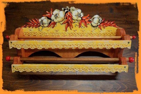 pensile portarotoli dipinto interamente a mano, da appendere alla parete con fantasia di agli e peperoncini e trine gialle