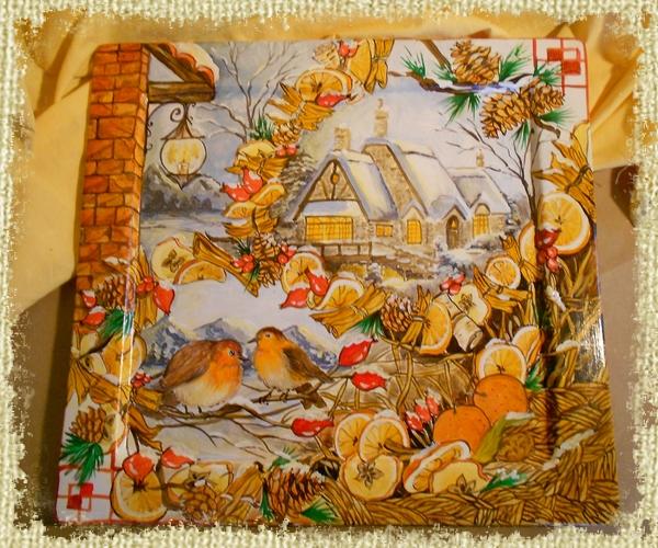 """Vassorio """" Paesaggio d'inverno"""" . Decorato interamente a mano da Paolo Matteoni. Ha rappresentato un allegoria dell'inverno in chiama rustica e campagnola. Casali con la neve uccellini che si posano su alcuni rami, una lanterna accessa in prossimità del crepuscolo. Ed infine un ampia cornice di frutta secca come arancie, mele essiccate, cannella e bacche di rosa canina."""