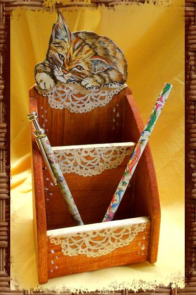 Portalapis con applicazione sagomata a mano, dipinta e decorata recante un gattino con rifiniture a pennello