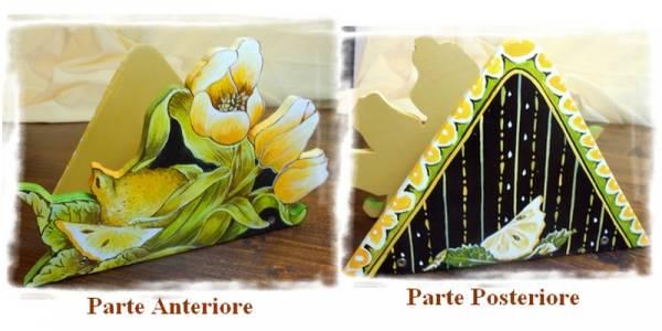porta tovaglioli che raffigura un mazzo di tulipani gialli con un limone intero ed uno spicchio tagliato, intagliato in legno dipinto a mano, a partire da un disegno realizzato ed ideato da Paolo Matteoni