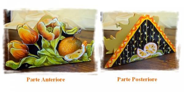 porta tovaglioli che raffigura un mazzo di tulipani arancioni con un arancio ed uno spicchio tagliato , intagliato in legno dipinto a mano, a partire da un disegno realizzato ed ideato da Paolo Matteoni