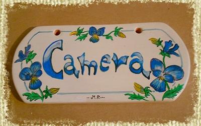 Targhetta per Camera interamente Dipinta e Decorata a mano con sfumature blu e e decori di Pansè