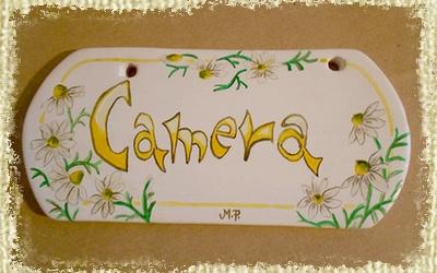 Targhetta per Camera interamente Dipinta e Decorata a mano con camomilla di campo.