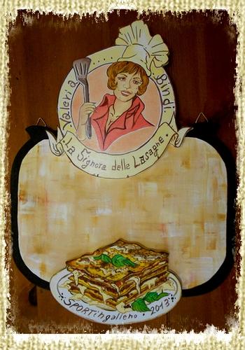 Targa Premio per la miglior cuoca che cucina Lasagne. Decorazione interamente a mano raffigurante la cuoca con mestolo e cappello da chef.