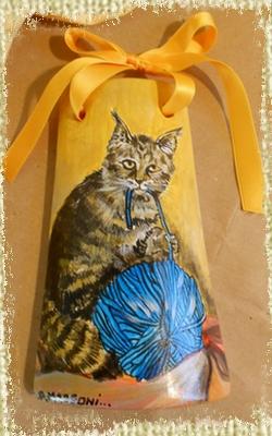 Tegolina Piccola decorata interamente a mano con Gattino che gioca con un gomitolo di lana