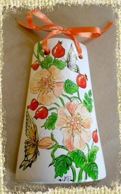 Tegolina Piccola decorata interamente a mano con rosa canina e bacche assieme a farfalle finemente dipinte e decorate