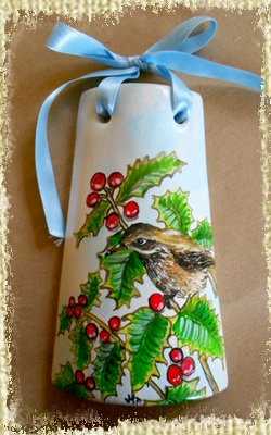 Tegolina Piccola decorata interamente a mano con un uccellino posato su un ramoscello di agrifoglio con bacche rosse