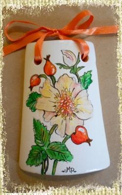 Tegolina Piccola decorata interamente a mano con motivi floreali di rose canine dipinte e decorate a mano.