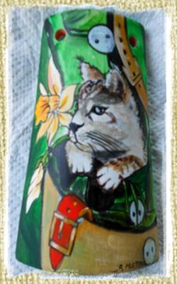 Tegolina Piccola decorata interamente a mano con un Gattino assieme ad una Giunchiglia all'interno di una borsa