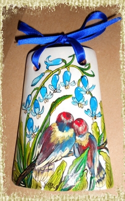 Tegolina Piccola decorata interamente a mano con una coppia di uccellini su un ramo e giacinti azzurri