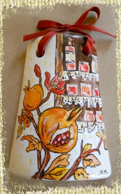 Tegolina Piccola decorata interamente a mano con Allegoria del Frutto dei Melograni, dipinti con credenza decorata sullo sfondo