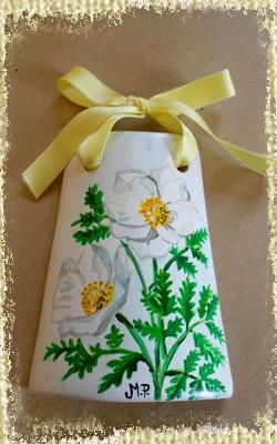 Tegolina Piccola decorata interamente a mano con fiori bianci di Anemini.