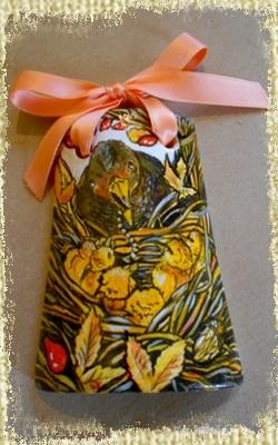 Tegolina Piccola decorata interamente a mano con Nido con Merli che aspettano di mangiare.